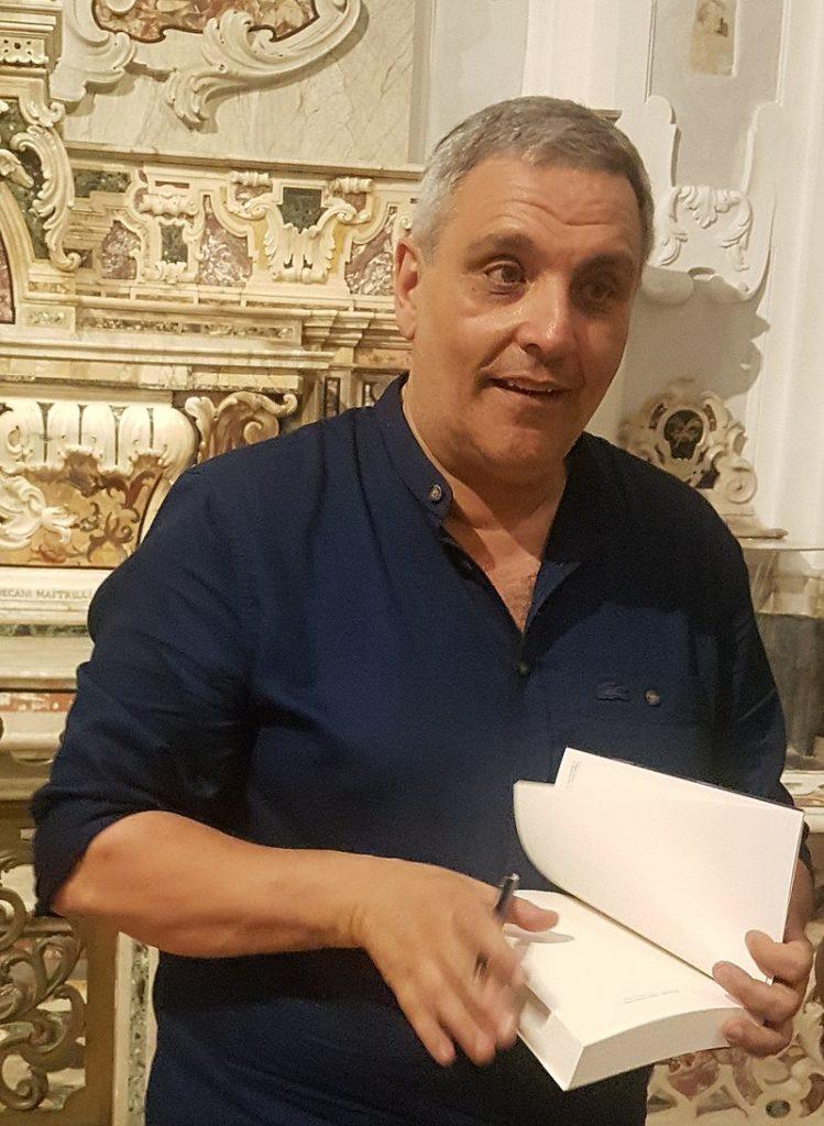 """Maurizio de Giovanni e il """"giallo"""" ai tempi di Covid-19"""